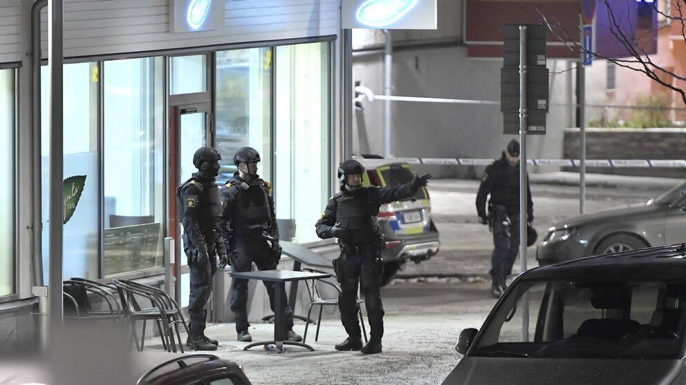 Polisen har spärrat av utanför lokalen där två personer har skjutits till döds i Rinkeby.
