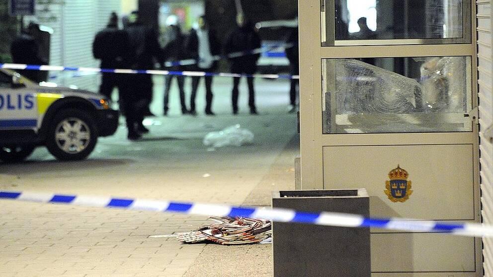 STOCKHOLM 2009-04-19 Krossade rutor och avspärrningar utanför poliskontoret i Husby. Två av Securitas bilar utsattes för stenkastning och en misstänkt bomb placerades utanför polisstationen i Husby i västra Stockholm natten till söndagen. Ett större antal rutor krossades på flera byggnader. Bomben undersöktes av tekniker och befanns vara falsk. Foto: Johan Nilsson / SCANPIX / Kod 50090