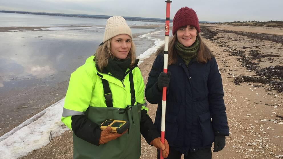 Caroline Fredriksson och Janna Lindell har bland annat gjort mätningar på marknivån med högprecisions gps.