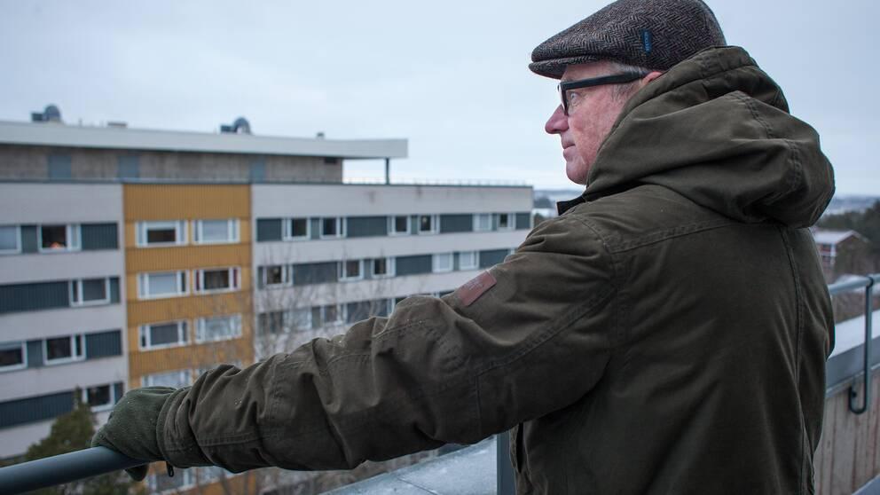 Matts Dahlkwist står på taket och blickar ut över sernanders väg.