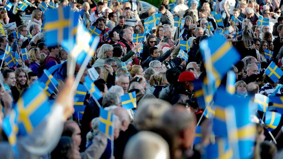 Stor folksamling med flaggor