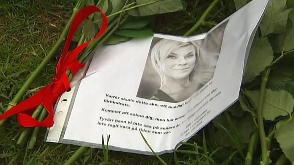 Bild på den mördade Lotta Rudholm och en minnestext.