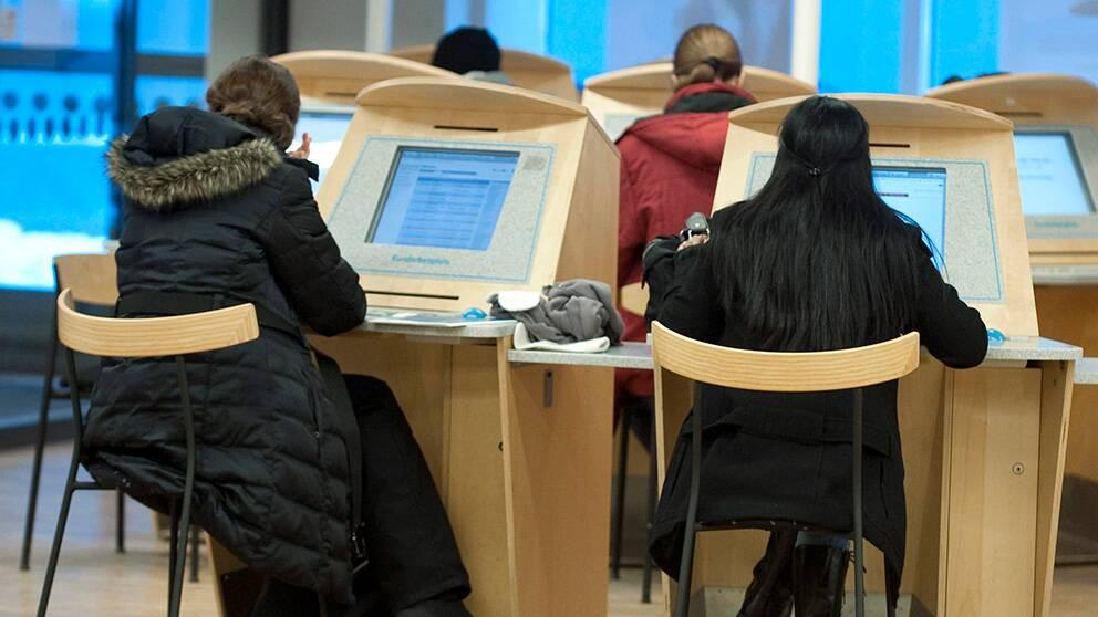 Unga vid datorer på Arbetsförmedlingen