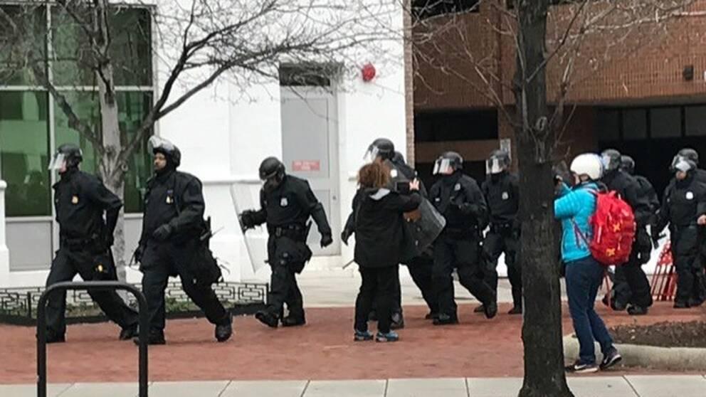 Svertklädda poliser.