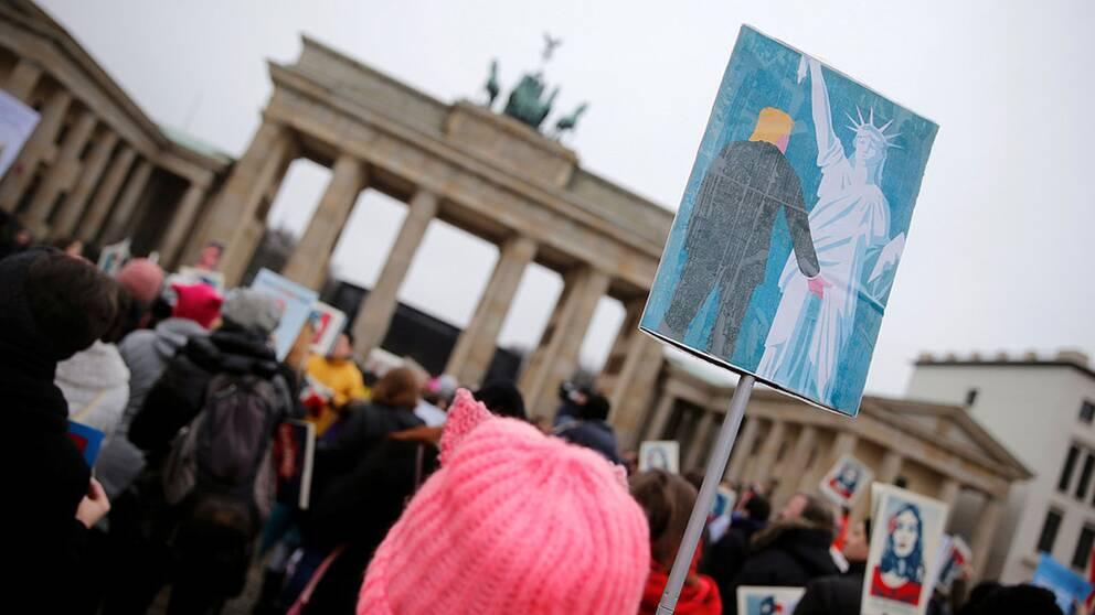 En protestmarsch från Brandenburgertor i Berlin.