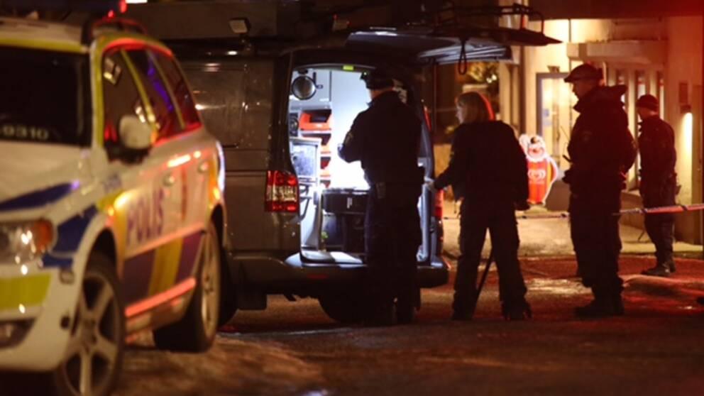 Polisen arbetar utanför en pizzeria där en skjuten man hittats.