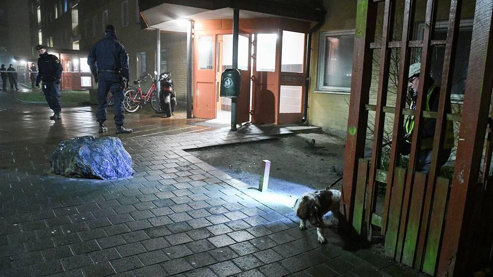 Polisen söker med vapenhund i Lindängen.