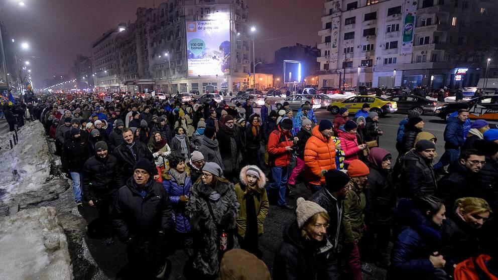 Tusentals marcherar genom Bucharest mot förslaget om fångamnesti.