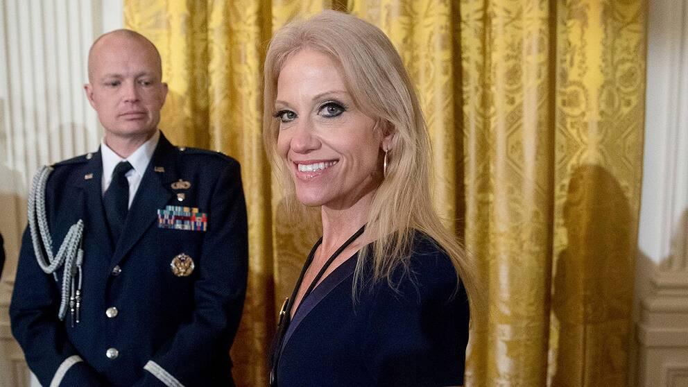 """President Trumps rådgivare, Kellyanne Conway har ifrågasatts i amerikanska medier efter att hon sagt att Vita Huset haft """"alternativa fakta"""", som visar att betydligt fler människor närvarade Trumps insvärningsceremoni än Obamas."""