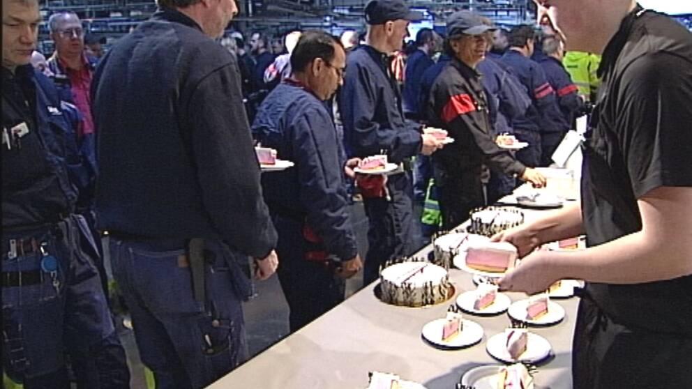 23 feruari 2011 bjöds de anställda bjöds på tårtkalas samtidigt som Saab hade akut penningkris.