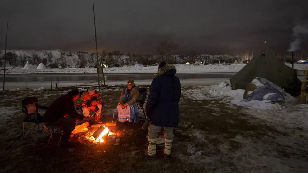 Demonstranter mot oljeledningen i North Dakota vid en lägereld i december. Arkivbild.