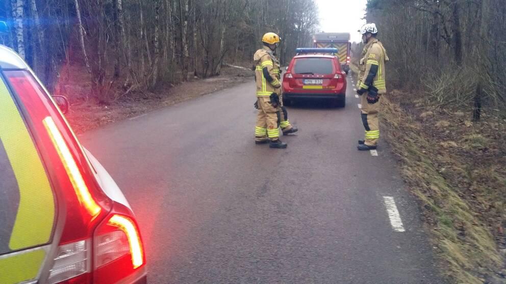 Räddningspersonal väntar på vägen mot Lilleby