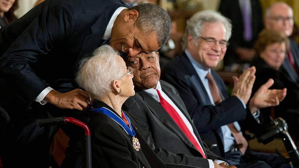 Katherine Johnson tilldelas presidentens frihetsmedalj av Barack Obama.