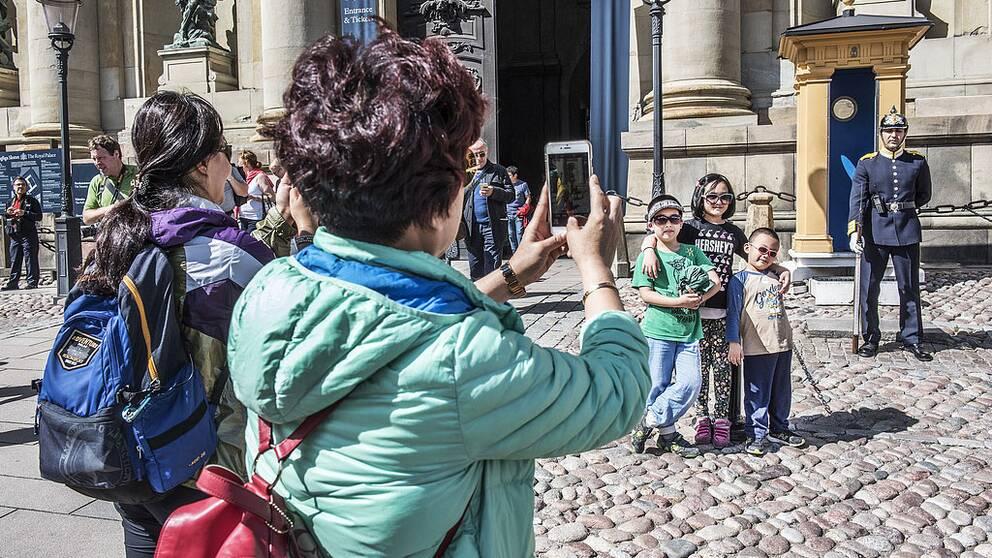 Turister i Stockholm fotograferar utanför Stockholms slott. Arkivbild.