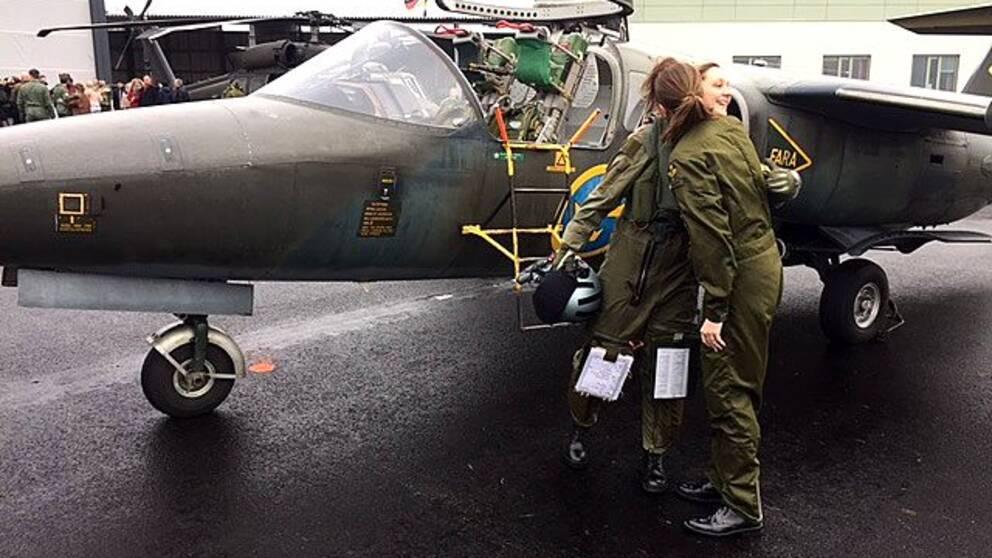 Den nykläckta stridspiloten Lovisa Sandelin gratulerades av Anna Dellham, Sveriges idag enda kvinnliga Gripenpilot.