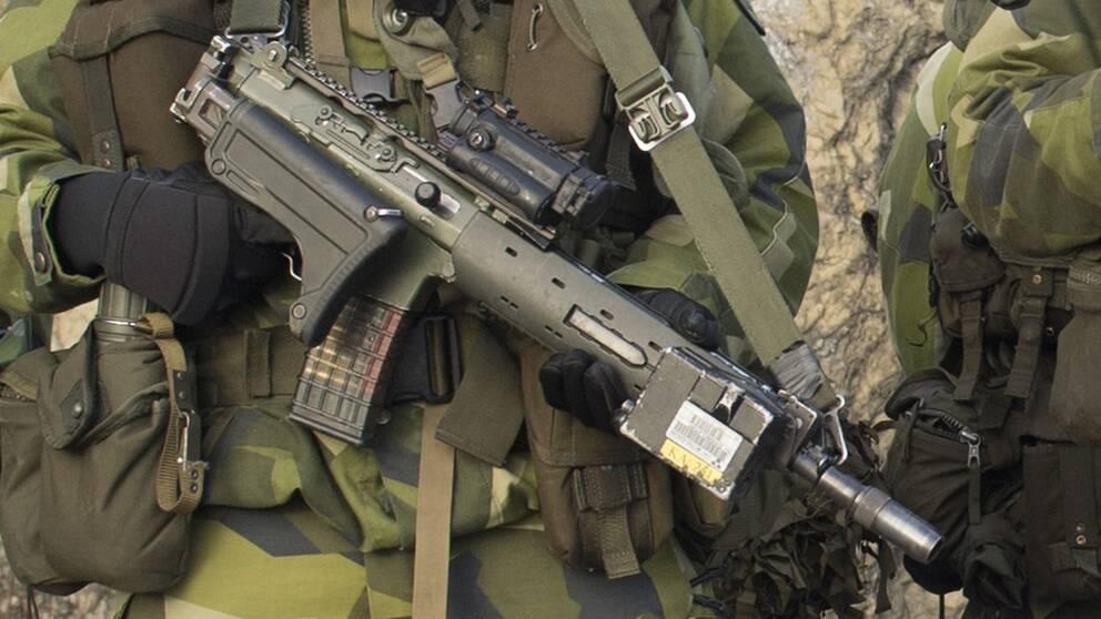 Den officer som sköt en räv med automatvapen får en varning av Försvarsmaktens personalnämnd.