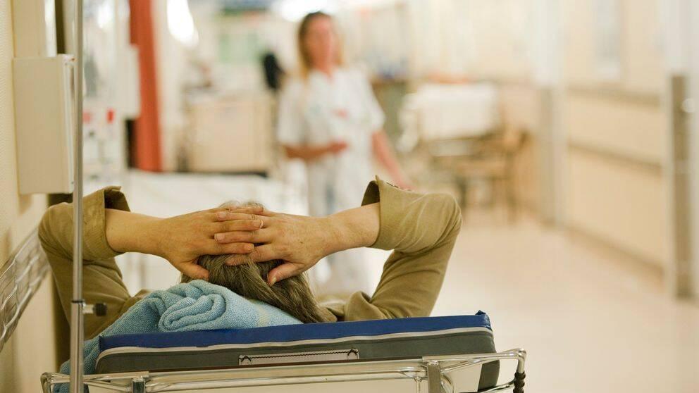 Patient i sjukhuskorridor.