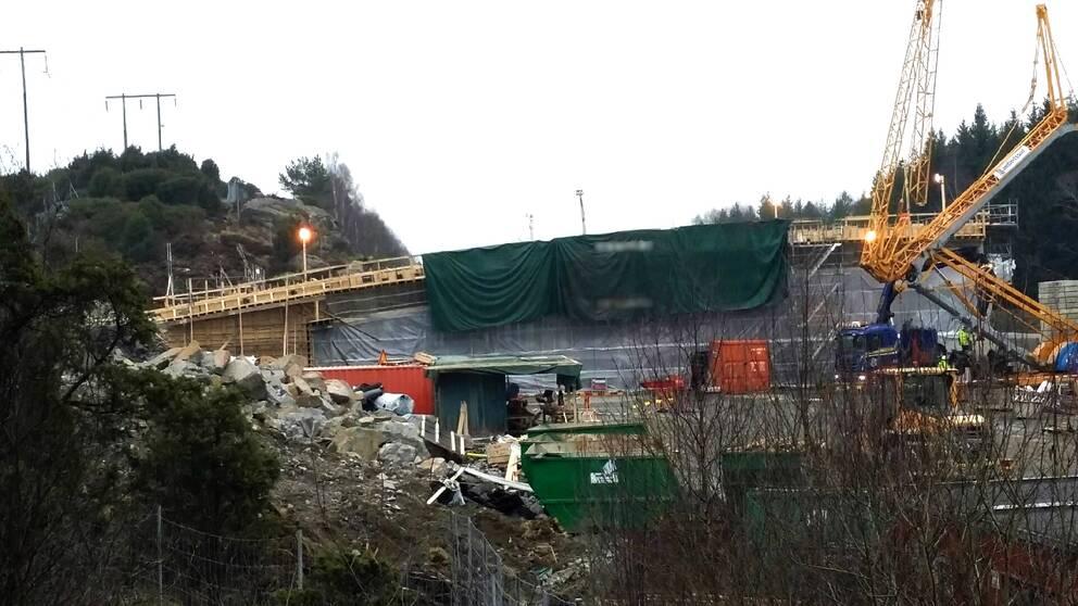 Det var under natten till torsdagen som E6 stängdes helt eftersom delar av den ekodukt som byggs på platsen riskerade att rasa.