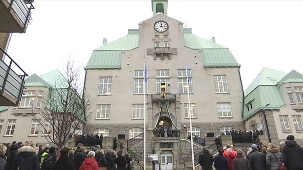 Mycket folk som samlats framför Strömstads stadshus under invigningen.