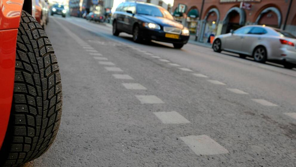Däck och bilar på gata