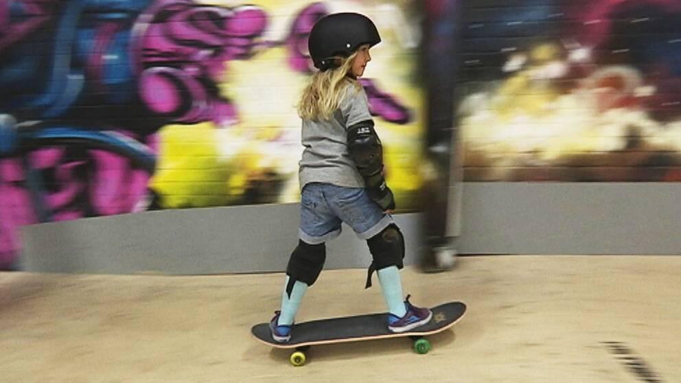 Alma Bresell skejtar i Slottsmöllans skatpark Halmstad.