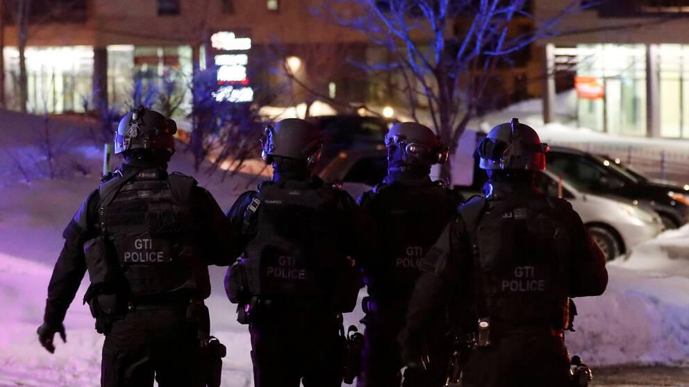 Poliser i närheten av moskén.