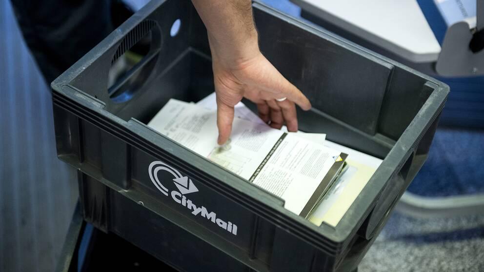 En brevbärare hanterar post.