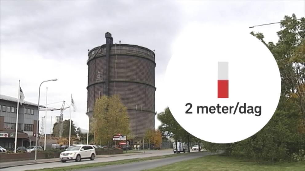 Genom avancerad teknik med utrustning monterad inne i gasklockan kommer det 81 meter höga landmärket att skäras ner, bit för bit. Nerifrån och upp.