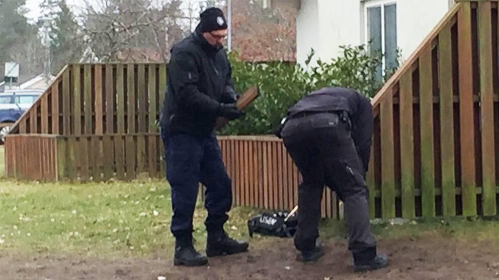 Polisens tekniker letar skotthylsor efter skjutningen i Ronneby