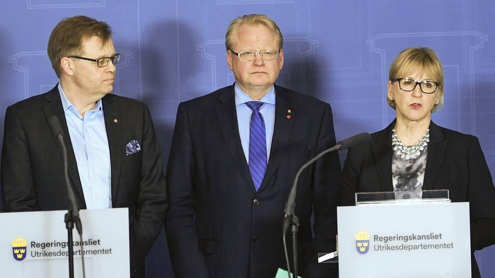 Per-Ola Mattsson (S), kommunstyrelsens ordförande i Karlshamn, försvarsminister Peter Hultqvist (S), utrikesminister Margot Wallström (S)