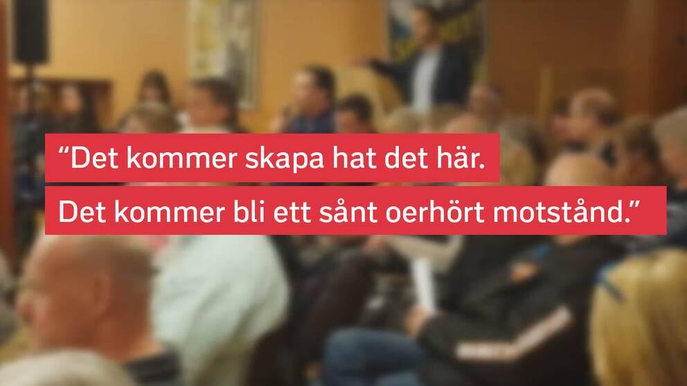 Bild från ett stadsdelsmöte där många var upprörda över politikernas planer på modulbostäder.