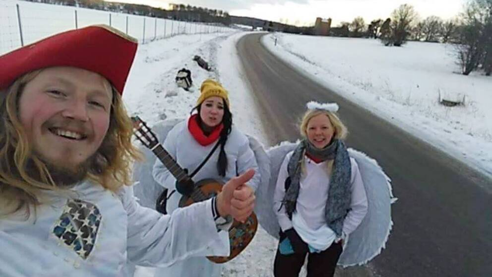 Mathias Risberg har bitvis fått sällskap av andra änglar under sin liftarturné. Här med Hydie Warwick och Frida Löfqvist.