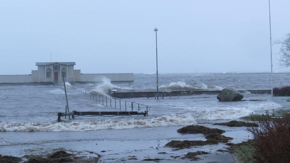 Hårda nordvindar och översvämning i Borgholm på Öland den 4 januari. Foto Birgitta Bengtsson.