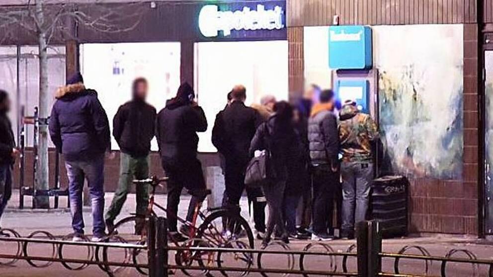 Kö till bankomat i Malmö, där Swedbanks tjänster också krånglade.