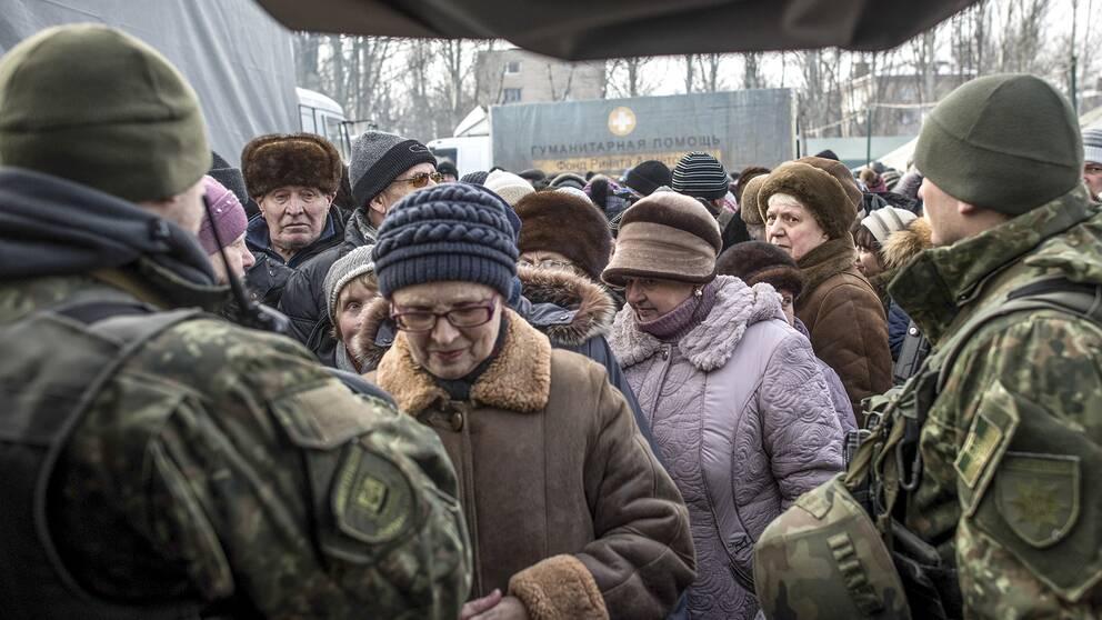 Boende i staden Avdiivka, i östra Ukraina, köar för att ta emot hjälp efter de senaste dagarnas strider i området.