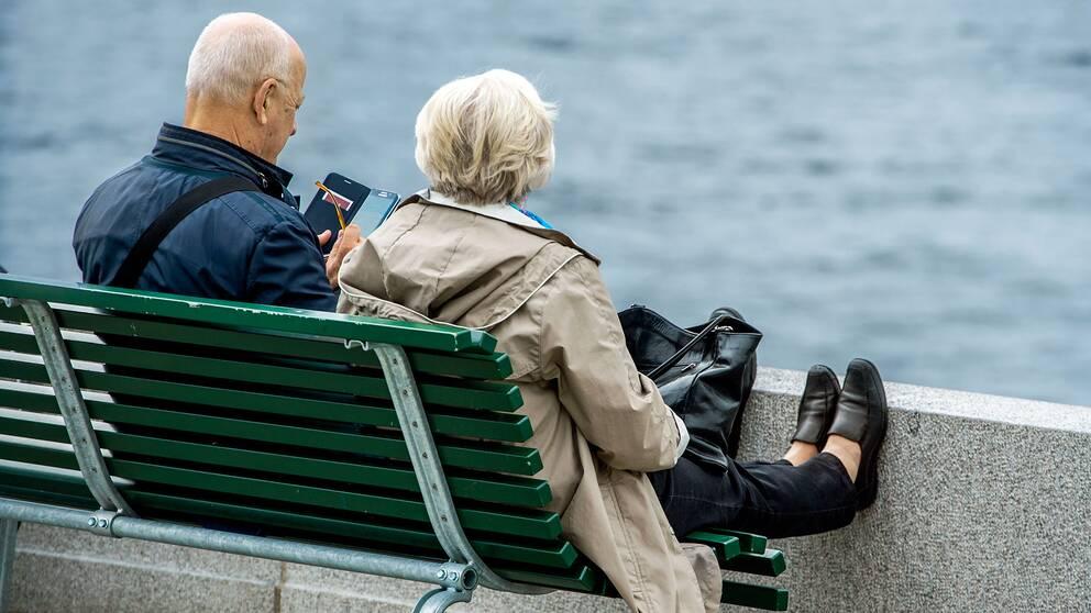 Äldre par på en bänk.