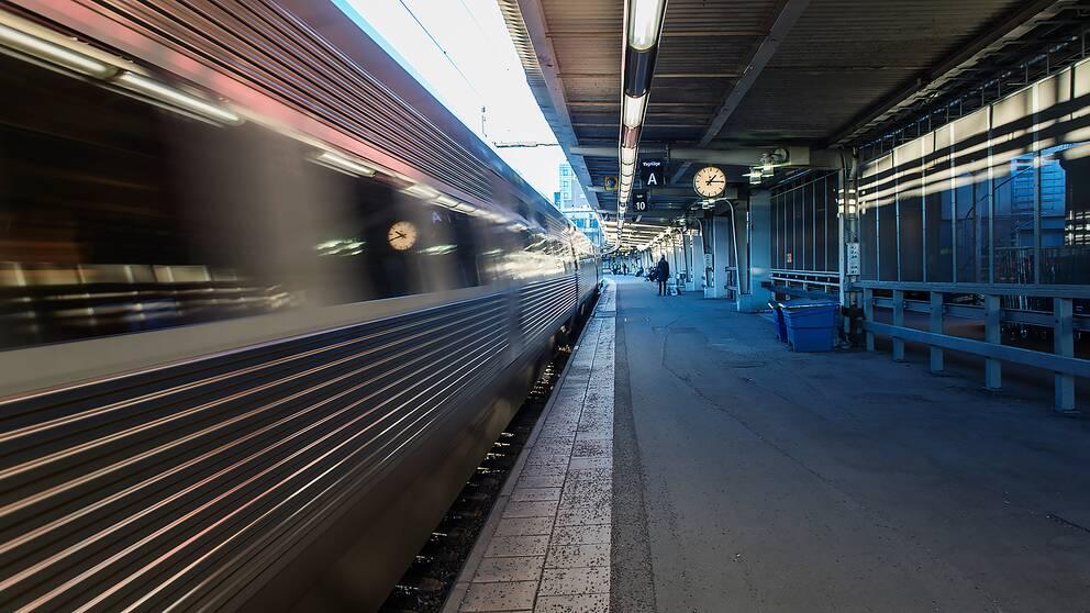 Tåg åker från station