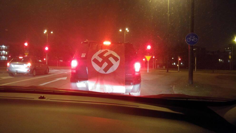 Saaed Sarvioskouey hamnade bakom bilen med nazistflaggan