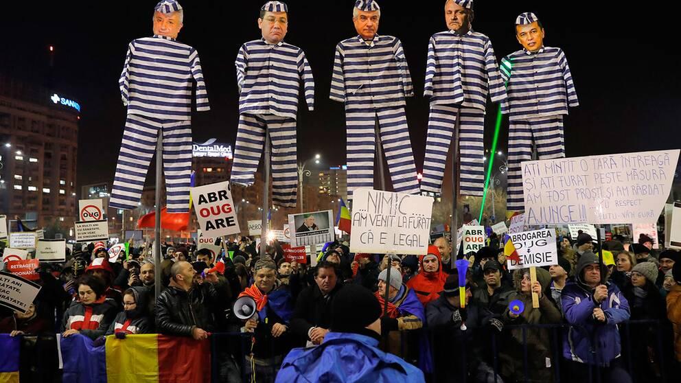 Demonstranter i Bukarest med dockor föreställande flera ledande makthavare.