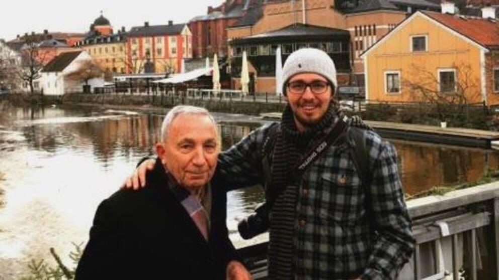 Terry och Wililam Seggos på en bro med Fyrisån i bakgrunden.