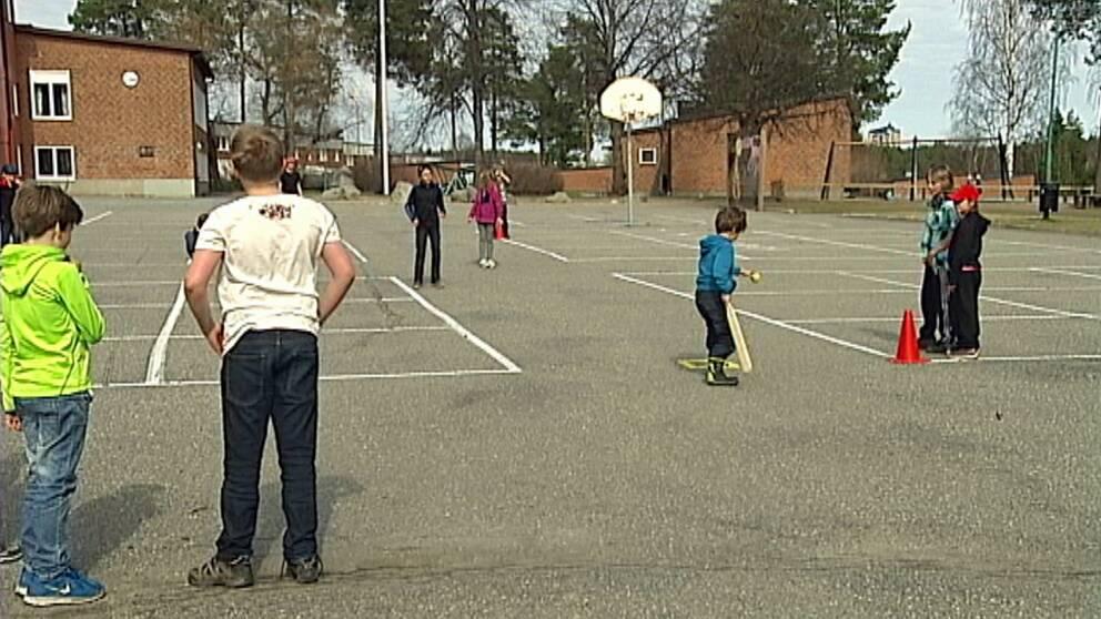 barn spelar brännboll på skolgården