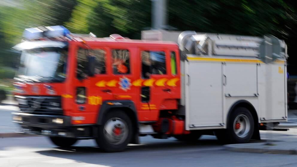 Räddningstjänsten fick rycka ut för att bekämpa en brand i en lastmaskin under måndagsförmiddagen – men de valde att låta den brinna.