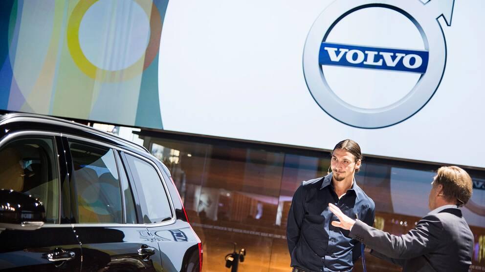 Zlatan Ibrahimovic på bilmässa med Volvo.