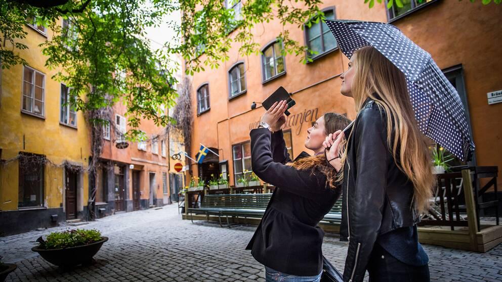 Turister fotograferar i Stockholm.
