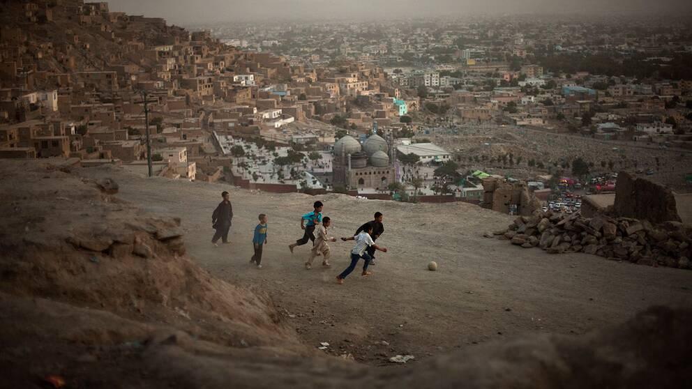 Afghanska pojkar spelar fotboll i Kabul. Pojkar som kidnappas som sexslavar åt poliser, makthavare och krigsherrar är ett ökande problem i landet.