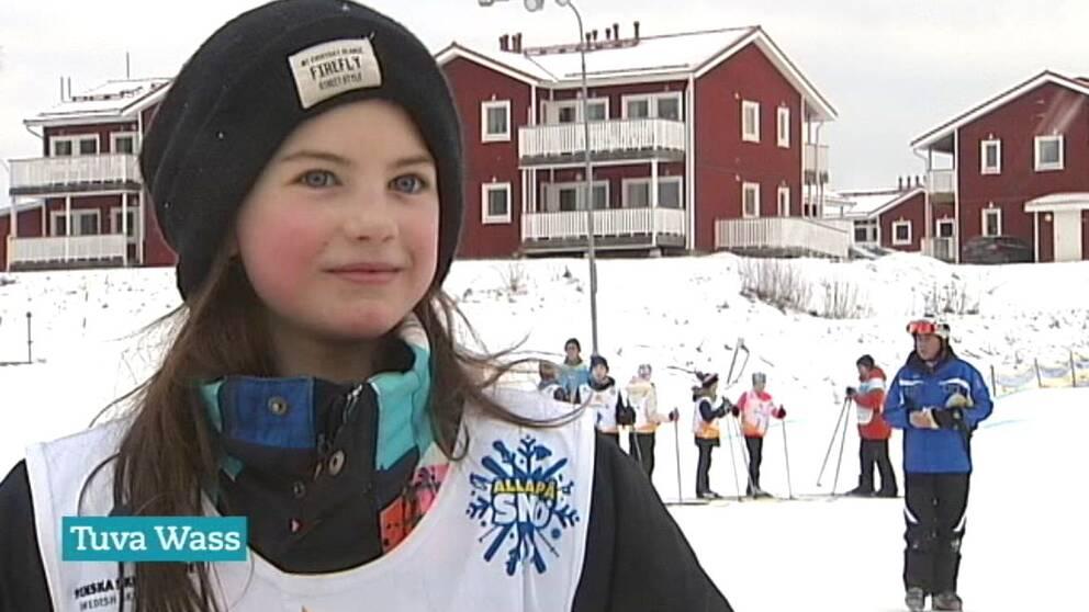 Ett barn som provar att åka skidor.