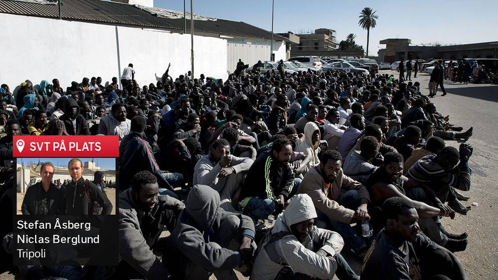 Hundratals flyktingar har gripits av libyska myndigheter, när de försökt att fly mot Europa genom Libyen. De sitter här samlade på gårdsplanen i flyktinglägret i centrala Tripoli.