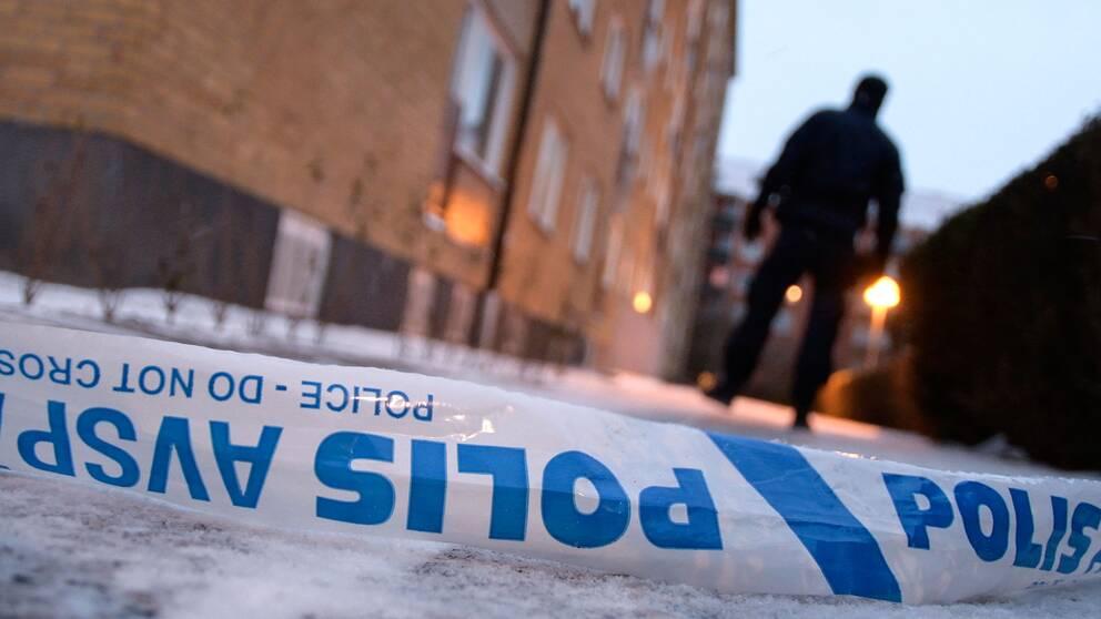 Polis på plats på Roskildevägen vid Pildammsparken i centrala Malmö efter att en man har skjutits.