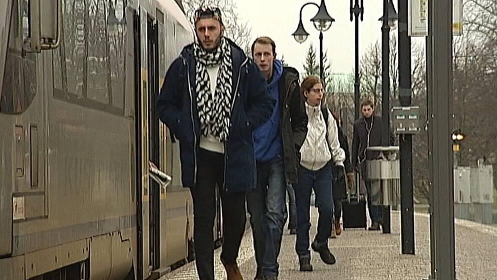 folk vid tåg
