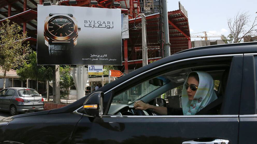 Kvinna i bil i Iran